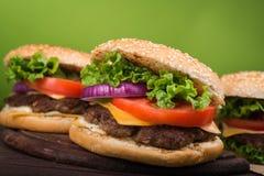 Hamburgery na drewnianym stole Obrazy Royalty Free