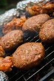 Hamburgery na grillu Obrazy Stock