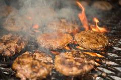 Hamburgery na grillu Obrazy Royalty Free
