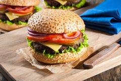 Hamburgery na stole Obraz Stock