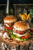 Hamburgery na wieśniaka stole Fotografia Royalty Free