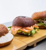 Hamburgery z ryba na drewnianej desce na białym tle Zdjęcia Stock