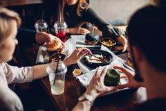 Hamburgery z warzywami i dłoniakami na drewnianej desce, odgórny widok obraz stock