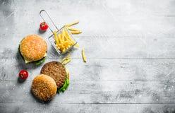 Hamburgery z wo?owin? i francuz?w d?oniakami obrazy royalty free