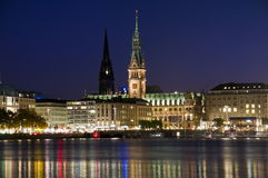 Hamburgo, Alemanha, câmara municipal e igreja de Nikolai fotos de stock