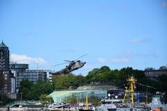 Hamburgo, Alemanha: Chopper Rescue Show no St Pauli-Landungsbrucken, Hafengeburtstag - celebra??o do anivers?rio do porto fotos de stock