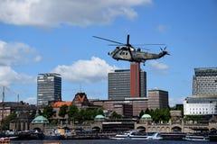 Hamburgo, Alemanha: Chopper Rescue Show no St Pauli-Landungsbrucken, Hafengeburtstag - celebra??o do anivers?rio do porto imagens de stock royalty free
