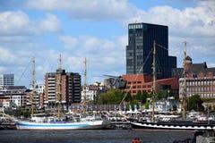 Hamburgo, Alemanha: Chopper Rescue Show no St Pauli-Landungsbrucken, Hafengeburtstag - celebra??o do anivers?rio do porto imagem de stock