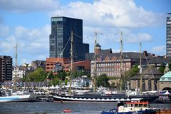 Hamburgo, Alemanha: Chopper Rescue Show no St Pauli-Landungsbrucken, Hafengeburtstag - celebra??o do anivers?rio do porto imagens de stock