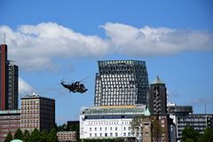 Hamburgo, Alemanha: Chopper Rescue Show no St Pauli-Landungsbrucken, Hafengeburtstag - celebra??o do anivers?rio do porto imagem de stock royalty free