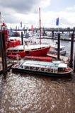 HAMBURGO, ALEMANHA - 3 DE ABRIL: Opinião da rua do navio de cruzeiros no h Imagem de Stock Royalty Free