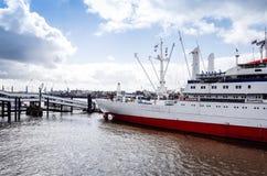 HAMBURGO, ALEMANHA - 3 DE ABRIL: Opinião da rua do navio de cruzeiros no h Imagens de Stock Royalty Free
