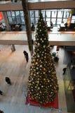 HAMBURGO - ALEMANHA - 30 de dezembro de 2014 - árvore de Natal em lojas aglomeradas da passagem do Euro Foto de Stock