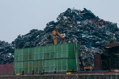 Hamburgo, Alemanha - 23 de fevereiro de 2014: Vista no terminal da carga de maioria do metal europeu que recicla em Rosshaven imagem de stock