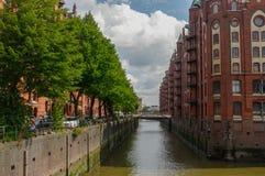 HAMBURGO, ALEMANHA - 18 DE JULHO DE 2015: o canal de casas e de pontes históricas de Speicherstadt na noite com skyview amaising  Fotos de Stock Royalty Free