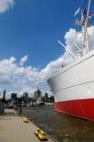 HAMBURGO, ALEMANHA - 18 DE JULHO DE 2015: O MS Cap San Diego é um navio de carga geral, situado como St Pauli do museu dentro - Imagem de Stock
