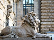 Hamburgo, Alemanha - 3 de julho de 2018: Vista na escultura do leão na entrada ao pátio em Townhall Hamburgo fotografia de stock