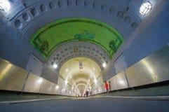 HAMBURGO, ALEMANHA - 8 DE JUNHO DE 2015: Povos que andam para entrar e pegarar no metro, no telhado verde e nas paredes brancas,  Fotos de Stock