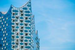 Hamburgo, Alemanha - 28 de maio de 2017: Forma superior de Elbphilharmonie com janelas brancas e algumas nuvens brancas no céu, H Foto de Stock Royalty Free