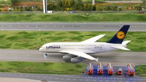 HAMBURGO, ALEMANHA - 8 de março de 2014: Lufthansa Airbus A380 que taxiing à pista de decolagem com departamento dos bombeiros na Fotos de Stock Royalty Free