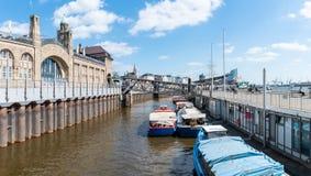 04-17-2018 Hamburgo, Alemanha: Sankt Pauli Piers com barcos do lançamento e sala de concertos de Elbphilharmony fotografia de stock