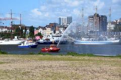 Hamburgo, Alemania: Barco de la bomba del cuerpo de bomberos en la acción en el St Pauli-Landungsbrucken, Hafengeburtstag - acont fotos de archivo