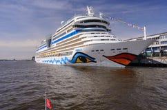 Hamburgo, Alemania - 12 de abril de 2014: Visión en el barco de cruceros AIDAsol en el centro Altona terminal de la travesía en e fotos de archivo libres de regalías