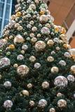 HAMBURGO - ALEMANIA - 30 de diciembre de 2014 - árbol de navidad en tiendas apretadas del paso euro Fotos de archivo libres de regalías