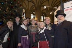 HAMBURGO - ALEMANIA - 1 de enero de 2015 - árbol de navidad y gente que cantan en Rathaus Foto de archivo libre de regalías