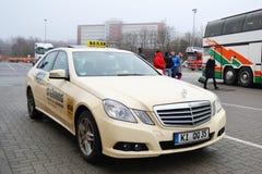 Mercedes lleva en taxi el coche en el puerto de Hamburgo fotografía de archivo