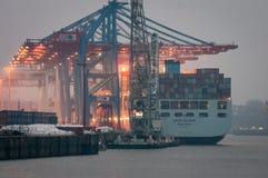 Hamburgo, Alemania - 23 de febrero de 2014: Portacontenedores Cosco Bélgica mantenida en la terminal de contenedores Tollerort imagen de archivo