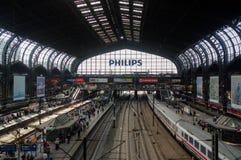 HAMBURGO, ALEMANIA - 18 DE JULIO DE 2015: el Hauptbahnhof es el ferrocarril principal en la ciudad, el más ocupado del país y el  Imagen de archivo libre de regalías