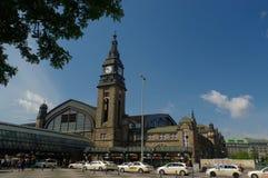 HAMBURGO, ALEMANIA - 18 DE JULIO DE 2015: Hauptbahnhof es el ferrocarril principal en la ciudad, el más ocupado del país y el seg Imagen de archivo libre de regalías