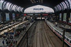 HAMBURGO, ALEMANIA - 18 DE JULIO DE 2015: Hauptbahnhof es el ferrocarril principal en la ciudad, el más ocupado del país y el seg Fotografía de archivo libre de regalías