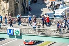 Hamburgo, Alemania - 14 de julio de 2017: Los millares de amor cierran la fijación con abrazadera en el puente a los embarcaderos Foto de archivo libre de regalías