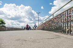 Hamburgo, Alemania - 14 de julio de 2017: Los millares de amor cierran la fijación con abrazadera en el puente a los embarcaderos Imagenes de archivo