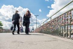 Hamburgo, Alemania - 14 de julio de 2017: Los millares de amor cierran la fijación con abrazadera en el puente a los embarcaderos Fotos de archivo libres de regalías