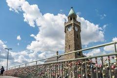 Hamburgo, Alemania - 14 de julio de 2017: Los millares de amor cierran la fijación con abrazadera en el puente a los embarcaderos Imágenes de archivo libres de regalías