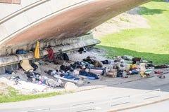 Hamburgo, Alemania - 14 de julio de 2017: Vagabundos que moran debajo del puente de la calle de Helgolaender en St Pauli Imágenes de archivo libres de regalías