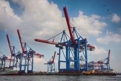 Hamburgo, Alemania - 28 de julio de 2014: Vista del puerto de puerto de Hamburgo imagenes de archivo