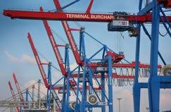 Hamburgo, Alemania - 28 de julio de 2014: Vista del puerto de puerto de Hamburgo imágenes de archivo libres de regalías