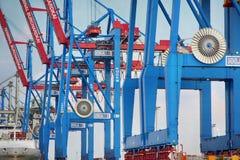 Hamburgo, Alemania - 28 de julio de 2014: Vista del puerto de puerto de Hamburgo imagen de archivo