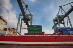 Hamburgo, Alemania - 28 de julio de 2014: Vista del puerto de puerto de Hamburgo imagen de archivo libre de regalías