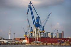 Hamburgo, Alemania - 28 de julio de 2014: Vista del puerto de puerto de Hamburgo foto de archivo