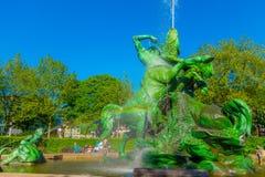 HAMBURGO, ALEMANIA - 8 DE JUNIO DE 2015: El agua salió de las diversos figuras y colores, fountaine en el midle del parque Fotos de archivo libres de regalías