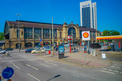 HAMBURGO, ALEMANIA - 8 DE JUNIO DE 2015: Estación de tren de Dammtor con las porciones de la gente, coches afuera en un día solea Imagen de archivo libre de regalías