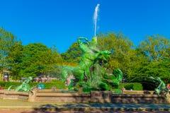 HAMBURGO, ALEMANIA - 8 DE JUNIO DE 2015: Fountaine hermoso y viejo en el medio del parque, del color verde y de las figuras Fotos de archivo libres de regalías