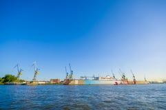 HAMBURGO, ALEMANIA - 8 DE JUNIO DE 2015: La hermosa vista del puerto en Hamburgo, American National Standard grande de los barcos Imagenes de archivo