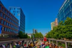 HAMBURGO, ALEMANIA - 8 DE JUNIO DE 2015: La mejor manera de conocer una ciudad está en el autobús de visita turístico de excursió Foto de archivo libre de regalías
