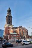 HAMBURGO, ALEMANIA - 26 DE MARZO DE 2016: Catedral turística de la visita de St Michaelis Imagen de archivo libre de regalías